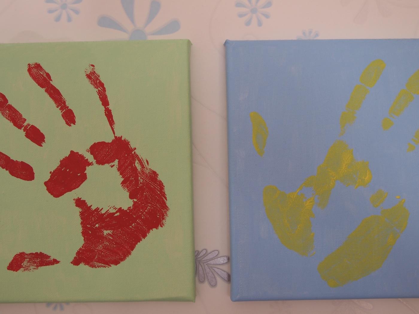 Hand-in-Hand arbeiten Eltern und Tagesmutter