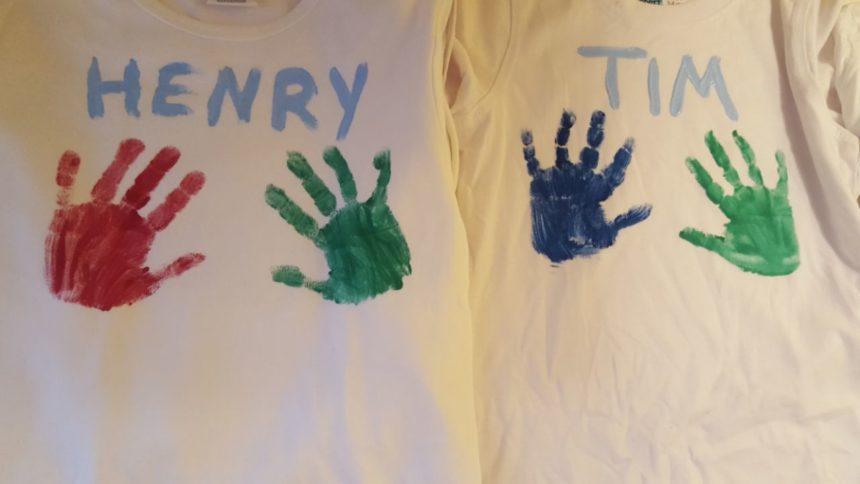 Kinder gestalten ihr eigenen T-Shirts